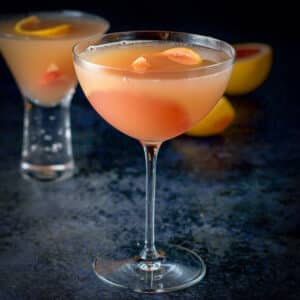 Bowl glass of the grapefruit cosmo square